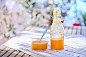 Paprika-Gazpacho in Flasche und Glas