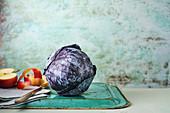 Rotkohl mit Apfel auf altem Tablett