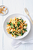 Macaroni with spinach, feta and walnuts