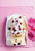 Ricotta-Eiskuchen mit Mandeln und Himbeeren