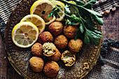 Falafel mit Zitronenscheiben