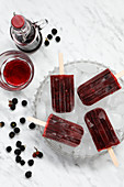 Blackberry ice lollies with elderberry liqueur on sticks