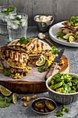 Hähnchen-Quesadillas mit Mais und Ackerbohnen-Avocadosalsa