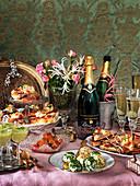 Silvesterbuffet mit Champagner, Käsebällchen, Avocadosuppe, Lachs, Hot Dogs, Toast und Blumen
