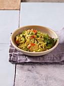 Reisnudeln mit Gemüse und gelbem Curry