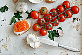 Belegtes Brot mit Frischkäse und Tomaten