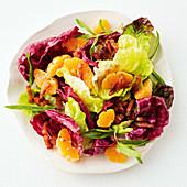 Blattsalat mit Mandarinen und Pancetta