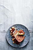 Stück Steamed Pudding mit Feigen, Whiskey, Earl Grey und Chai-Vanillesauce