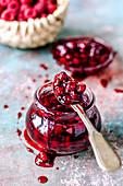 Rote Marmelade im Glas