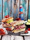Gegrillte Hamburger mit Rindfleisch, Guacamole und Chilies