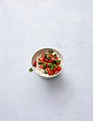 Zitronen-Porridge mit Erdbeeren und Minzpesto