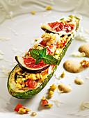 Mit Bulgurgemüse und Feige gefüllte Zucchini auf Tandoori-Joghurt