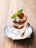 Erdbeer-Rhabarber-Biskuit mit Pistazien im Glas