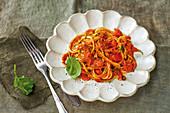 Spaghetti with a quick tomato pasta sauce (vegan)