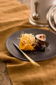 Kaffee-Kalbsfilet mit Kürbispüree und frittiertem Lauch