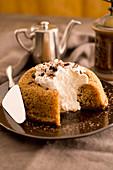 Kaffee-Zimt-Savarin mit Schlagsahne und Schokoladenstreusel