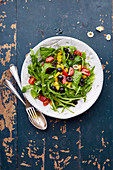 Spring salad with rocket, pepper, tomatoes and olives