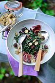 Spinatsalat mit geräucherter Entenbrust, Brombeeren und eingelegten weissen Walnüssen