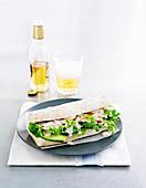 Sandwich mit Gemüse, Hähnchen und Bier