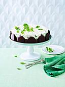 Pfefferminz-Schokoladeneistorte auf Kuchenständer