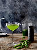 Southside-Cocktail mit Gin und Zuckerschoten
