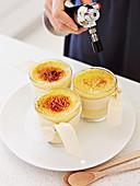Orange-Ingwer-Crème Brûlée wird gebrannt