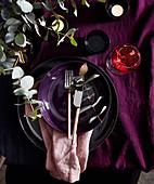 Wintelrliches Tischgedeck in Lilatönen dekoriert mit Zweigen (Aufsicht)