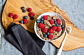 Chocolate and flax seed pudding with berries (low GL)