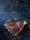 Gegrilltes Florentiner Steak mit Salz und Pfeffer