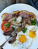 Lamb innards with bacon, tomatoes and a fried egg for breakfast