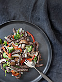 Rindergeschnetzeltes mit Paprika, Brokkoli, Pilzen und Zwiebeln