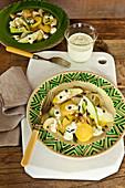 Lauwarmer Kartoffelsalat mit Zwiebeln und Apfel