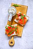 Toastscheiben mit Frischkäse und Räucherlachs