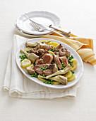 Lamm mit Artischocken, Erbsen und Kartoffeln (Kalabrien, Italien)