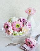 Wedding decoration: romantic table centrepiece (ranunculus, rose, tulips)