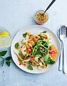 Tagliatelle mit Zucchinispaghetti und Lachsstreifen in süss-sauer Sauce vorbereitet