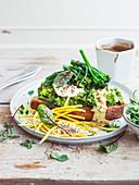 Toast mit Avocadocreme, Broccolini, Frischkäse, Sauce Hollandaise und gelben Karottenstreifen