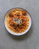 Scharfe Fleischbällchen mit Tomatensauce auf Spaghetti