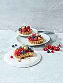 Sugar-free rice cakes with berries