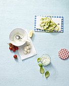 Zutaten für Zucchinisalat mit Tomaten, Mozzarella und Pesto