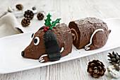 Weihnachtliche Schoko-Biskuitrolle mit Vanillecremefüllung in Form eines Hundes