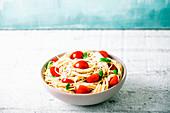 Spaghetti mit Tomaten, Olivenöl, Knoblauch und Basilikum