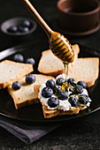 Melba toast with quark, blueberries and honey