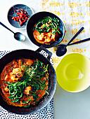 Rotes Curry mit Schweinebauch und Wasserspinat