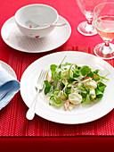 Geräucherte Forelle und Avocadosalat mit Sauerrahm-Dressing
