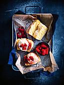 Warmes Eiscreme-Brot mit Erdbeeren (Aufsicht)