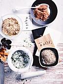 Verschiedene Salze mit Lavendel, Knoblauch und Kräutern, Vanille und Zimt, Chili und Limette