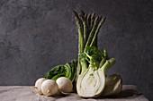 Weisser Rettich, grüner Spargel und Fenchelknolle auf Tisch