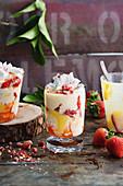 Trifle mit Lemoncurd, Erdbeeren und Baiser