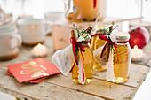 Apfelsaft in Gläsern als Weihnachtsgeschenk